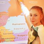 Schülerin vor Osteuropakarte