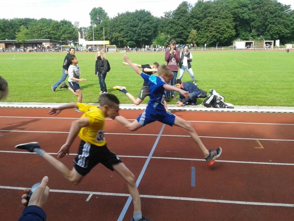 Zieleinlauf 75m-Finale: Sven Oppermann vor Linus Esch (hinten)